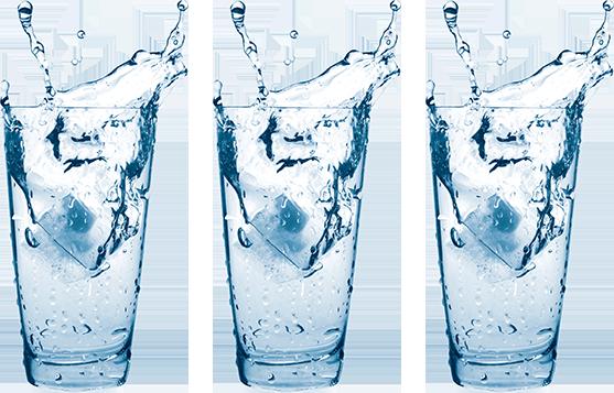 Trois verres d'eau avec glaçons